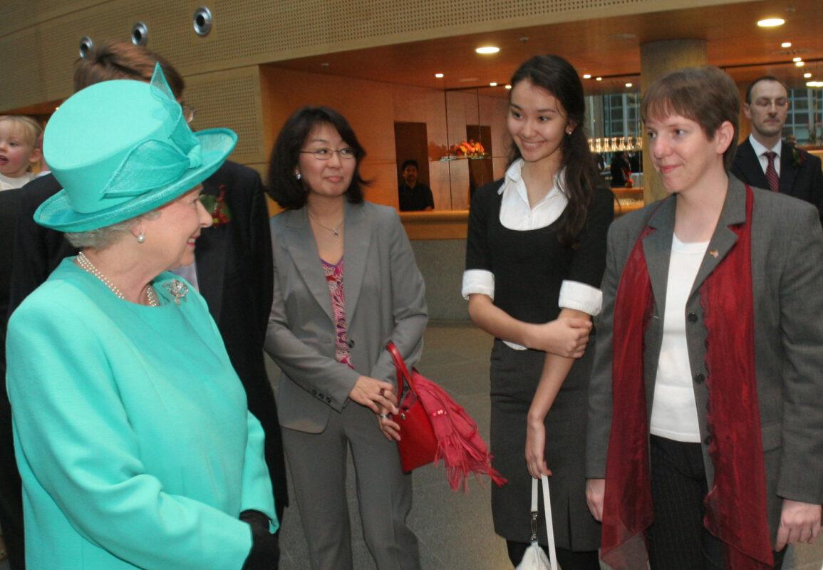 Nina trifft Queen Elizabeth II in der Britischen Botschaft