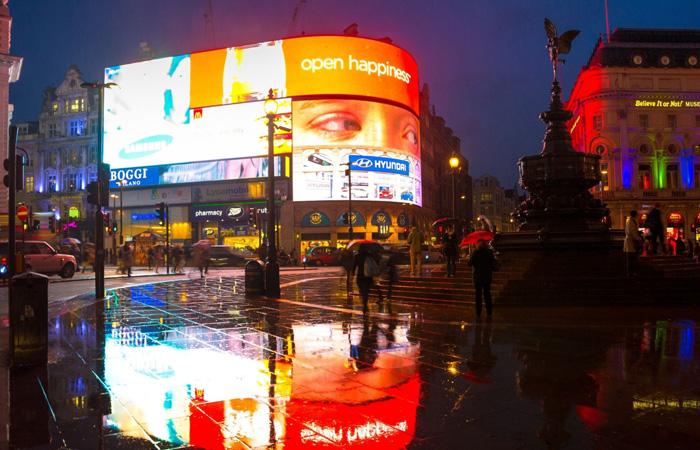 Der Platz Piccadilly mit Neon-Reklame.